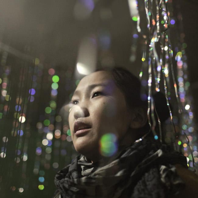 Eine junge Frau beim Karaoke.