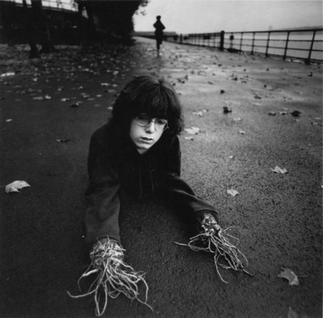 Ein Junge hat Wurzeln anstelle von Händen.
