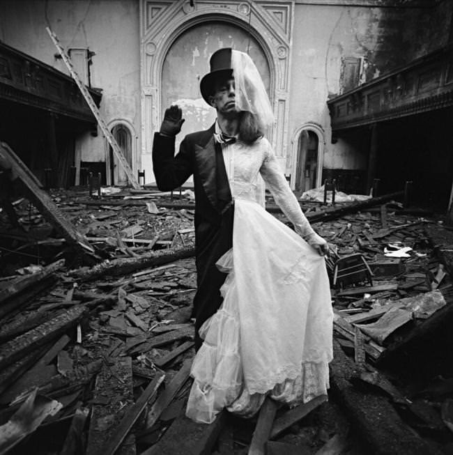 Eine Braut und ein Bräutigam in einer Person.