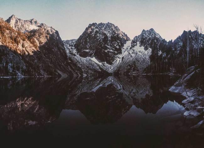 Eine Bergkette über einem See