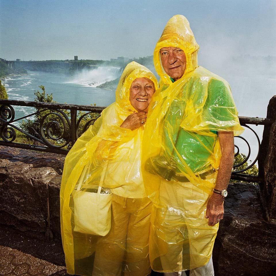 Pärchen unter Regenjacken an den Niagara-Fällen.