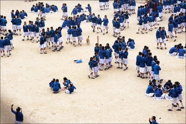 Viele Mädchen in blau-weißer Schuluniform.