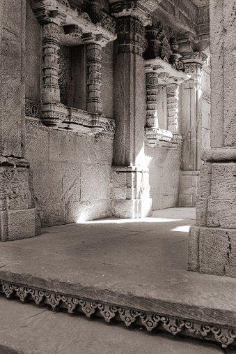 Lichspiele in den Räumen eines Tempels.