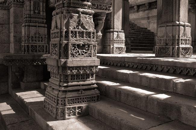 Lichtspiele in den Räumen eines Tempels.