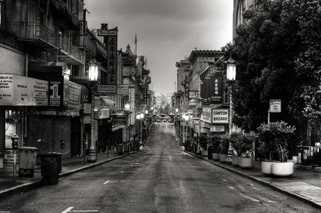 Eine nächtliche Stadt.