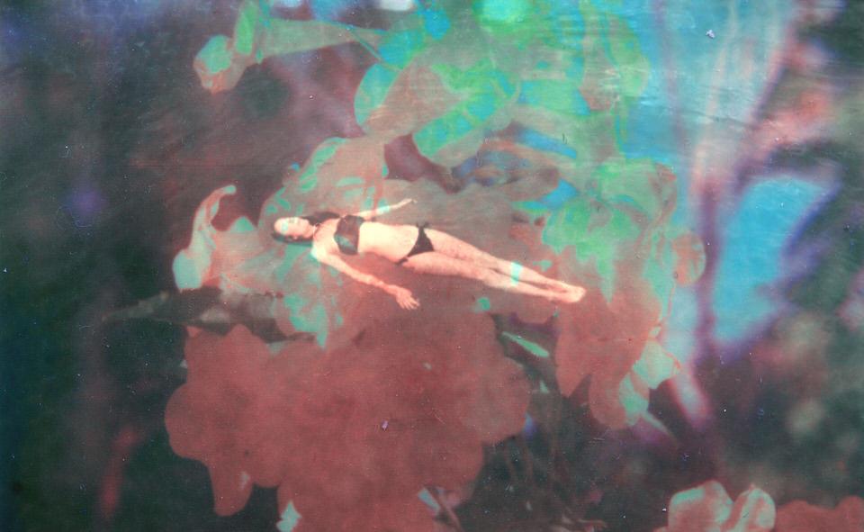 Frau im Wasser mit bunten Farben auf dem Bild