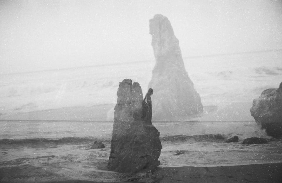 Doppelbelichtung: Zwei Felsen am Meer.
