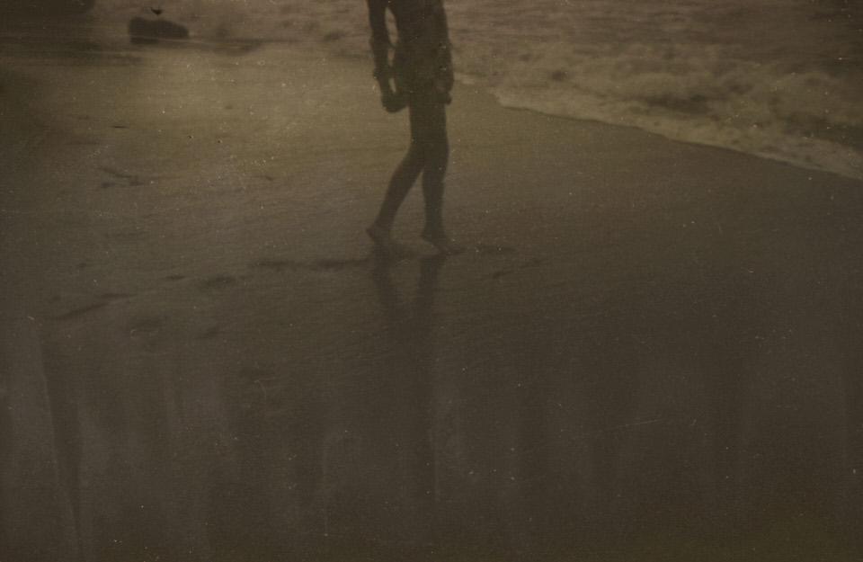 Beine im Sand.