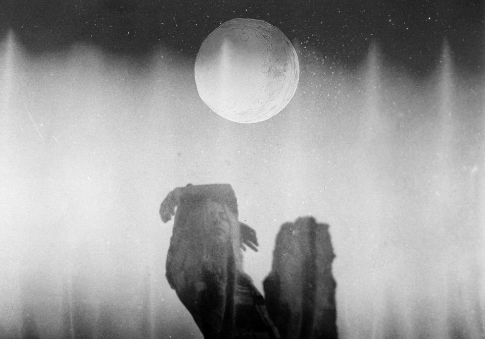 Frau mit gemaltem Mond über ihr.