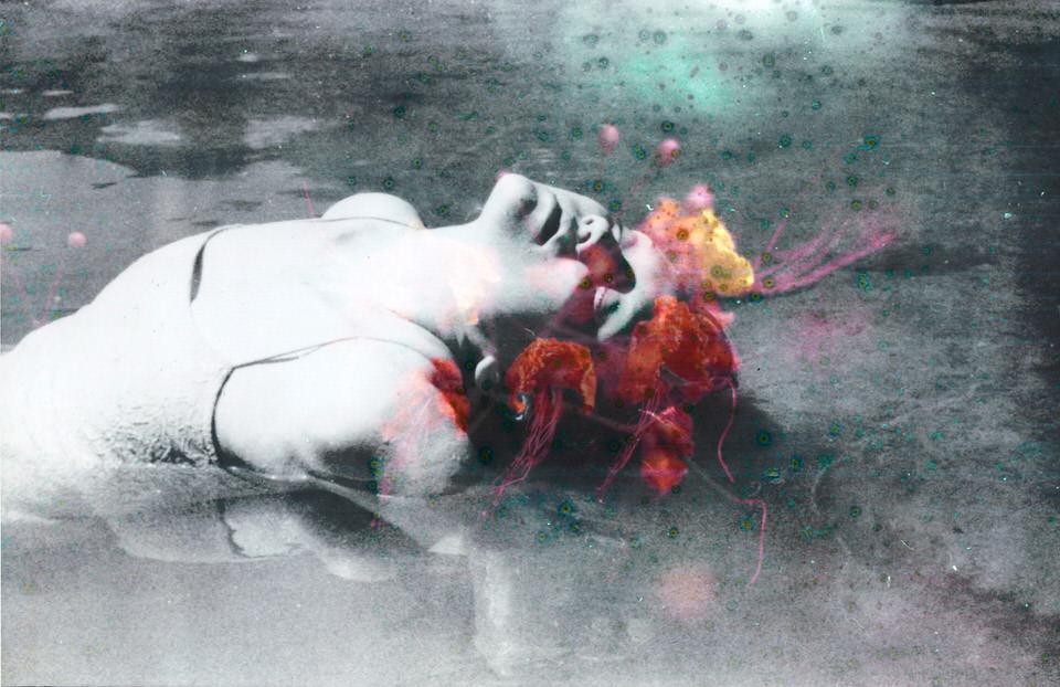 Doppelbelichtung: Frau im Wasser und Blumen.