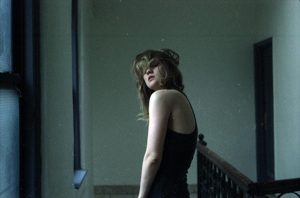 Frau im Treppenhaus.