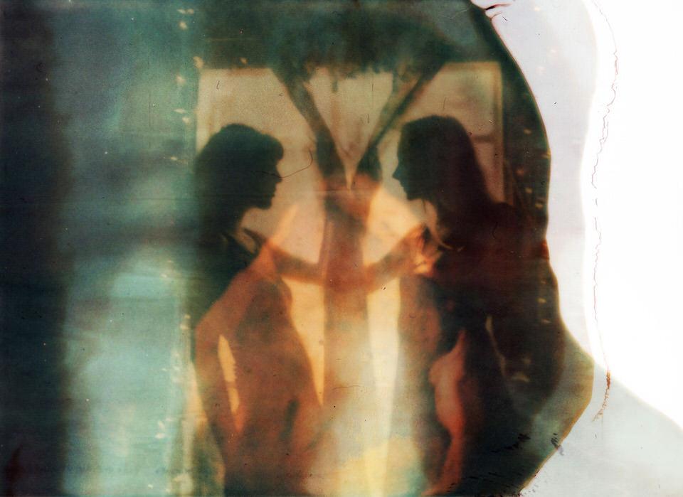 Spiegelung einer Frauensilhouette.