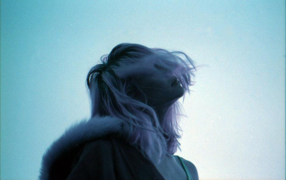 Frau mit Wind in den Haaren.