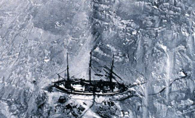 Im Eis eingeschlossenes Schiff von oben.