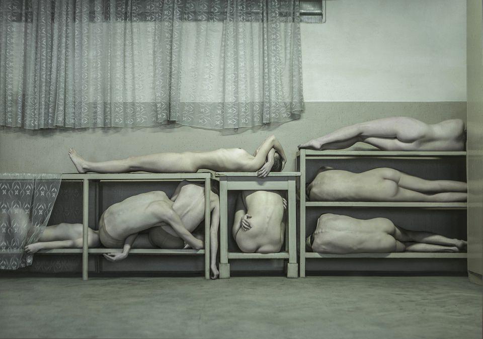 Einige nackte Menschen sind in offene Schränke sortiert.