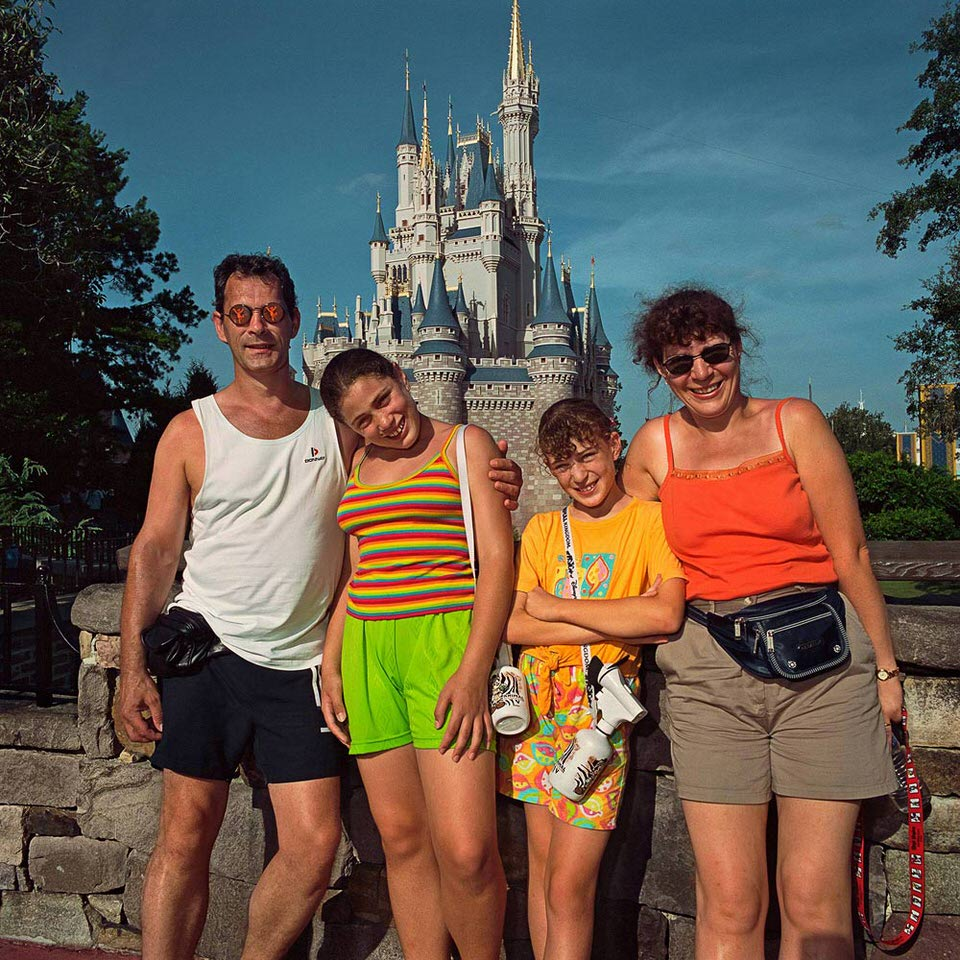 Familie vor dem Disneyworld.