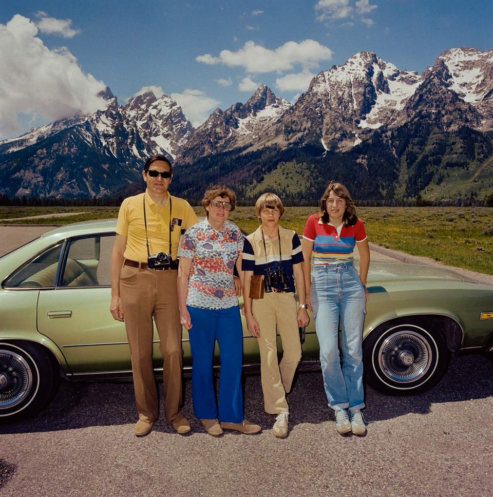 Familie vor ihrem Auto am Grand Tetons Nationalpark.
