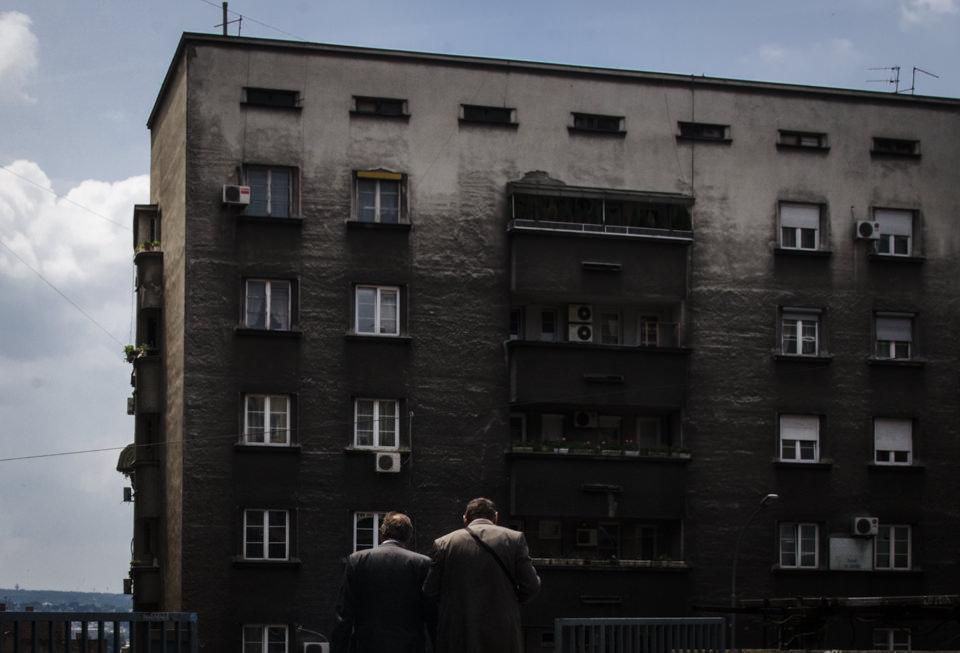 Zwei Männer laufen auf ein düsteres Haus zu.
