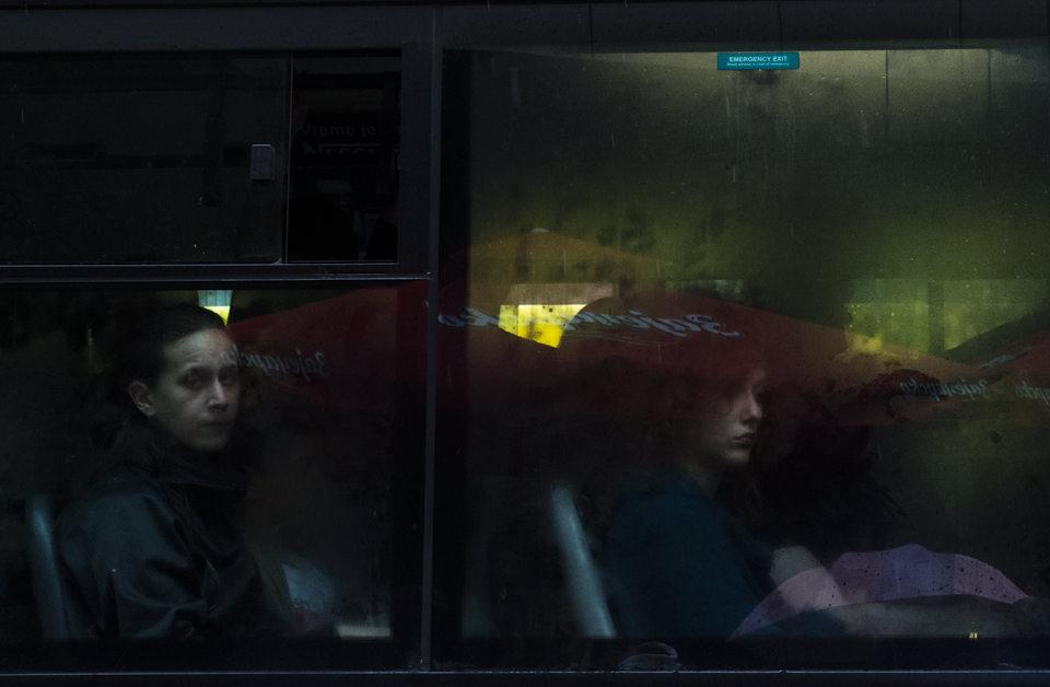 Busfahrerinnen in einem dunklen Bus.