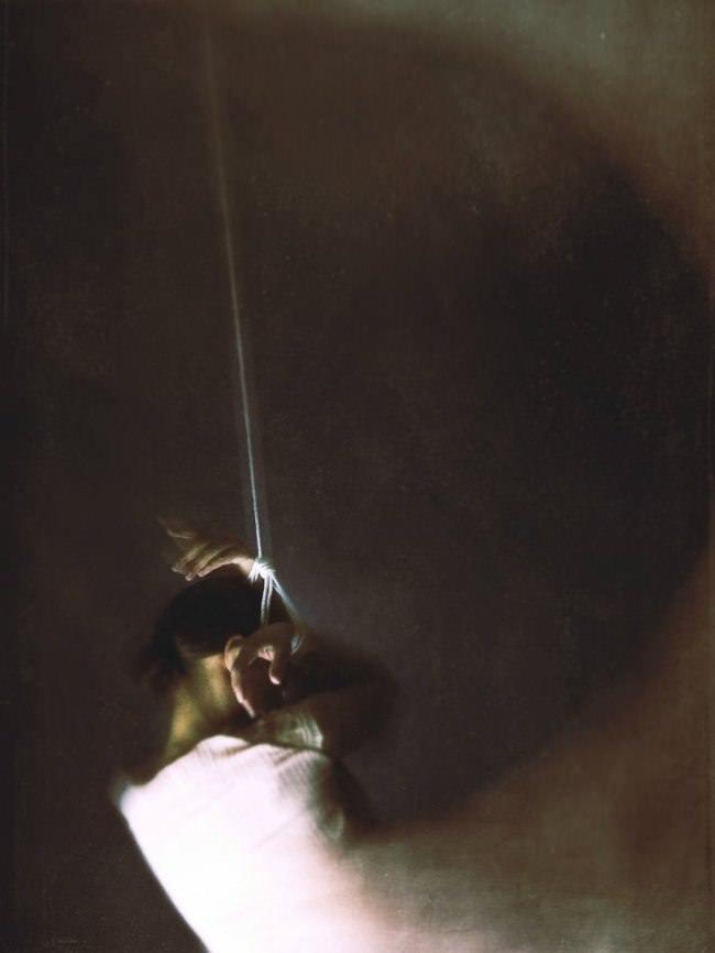 Frau in langem Kleid mit Fesseln am Handgelenk.