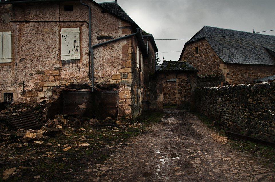 Hofeinfahrt zu Häusern aus Backsteinen.