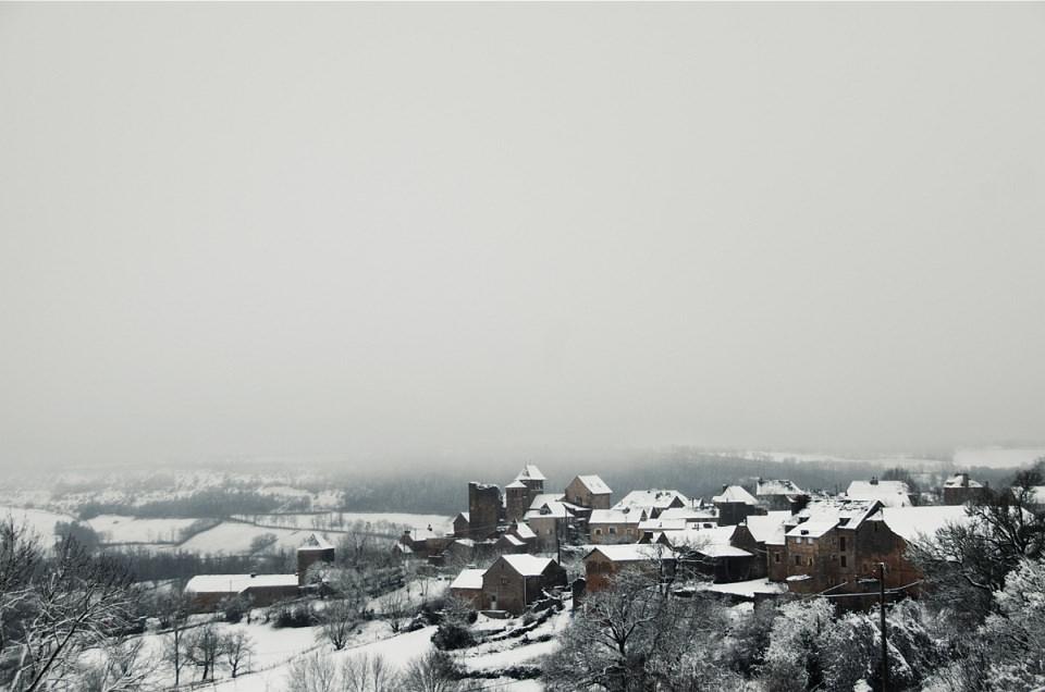Blick über eine verschneite Kleinstadt.