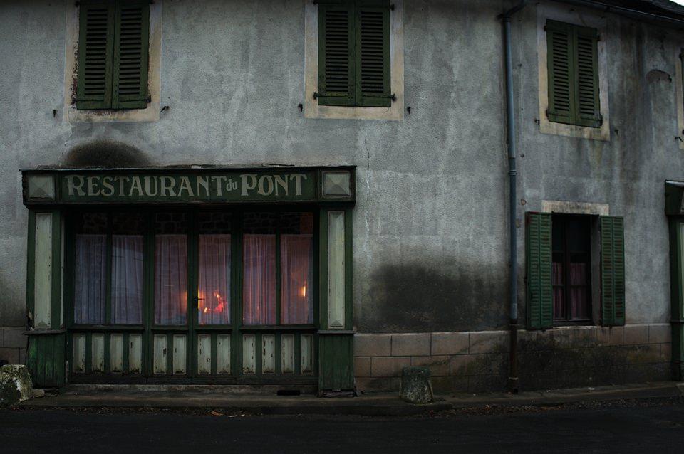 Fassade eines Restaurants in trostlosem Licht.