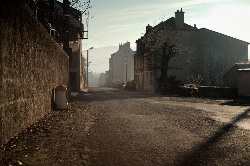 Morgendliches Licht fällt in eine leere Straße.