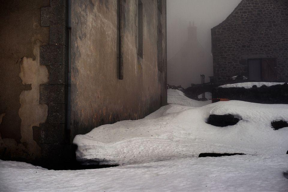 Schneewehen an Häuserwänden.