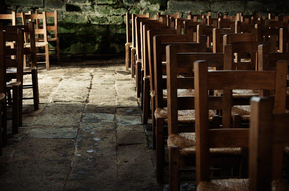Stuhlreihen in einer Kirche.