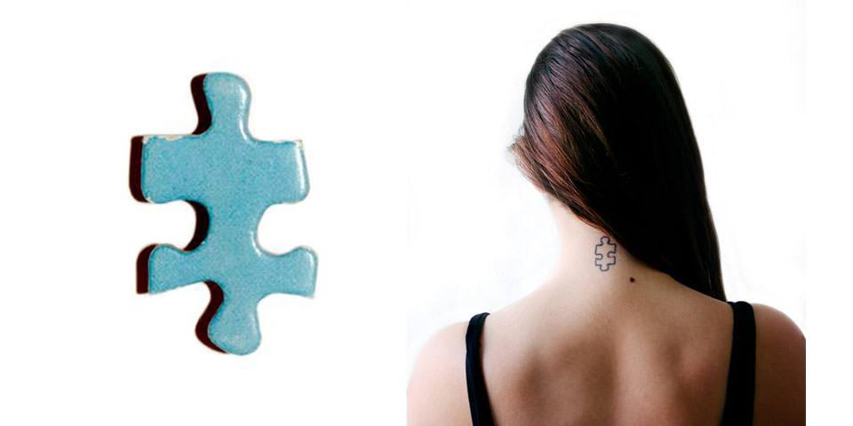 Ein Puzzlestück und ein Tattoo im Nacken