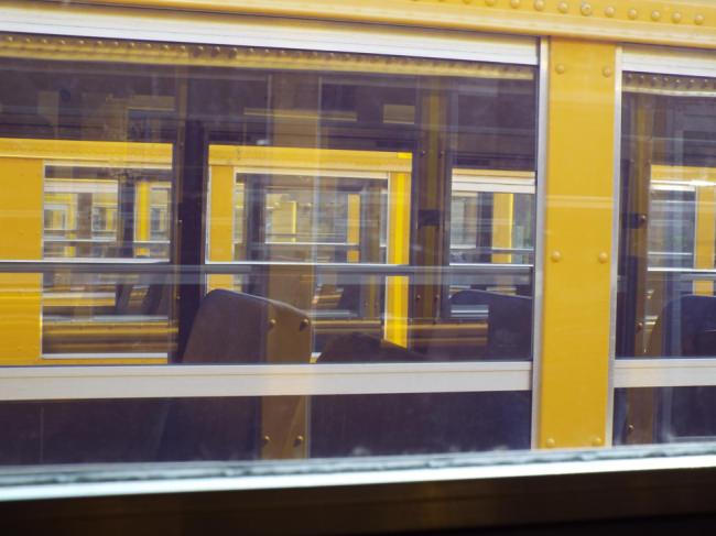 Blick durch Busfenster
