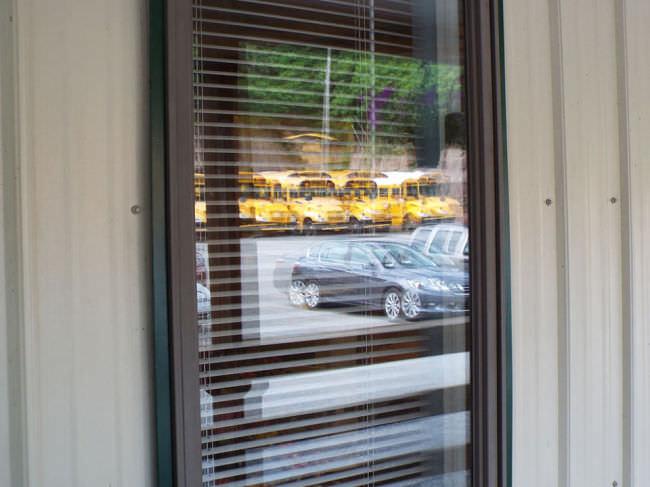 Autos spiegeln sich in einer Glastür