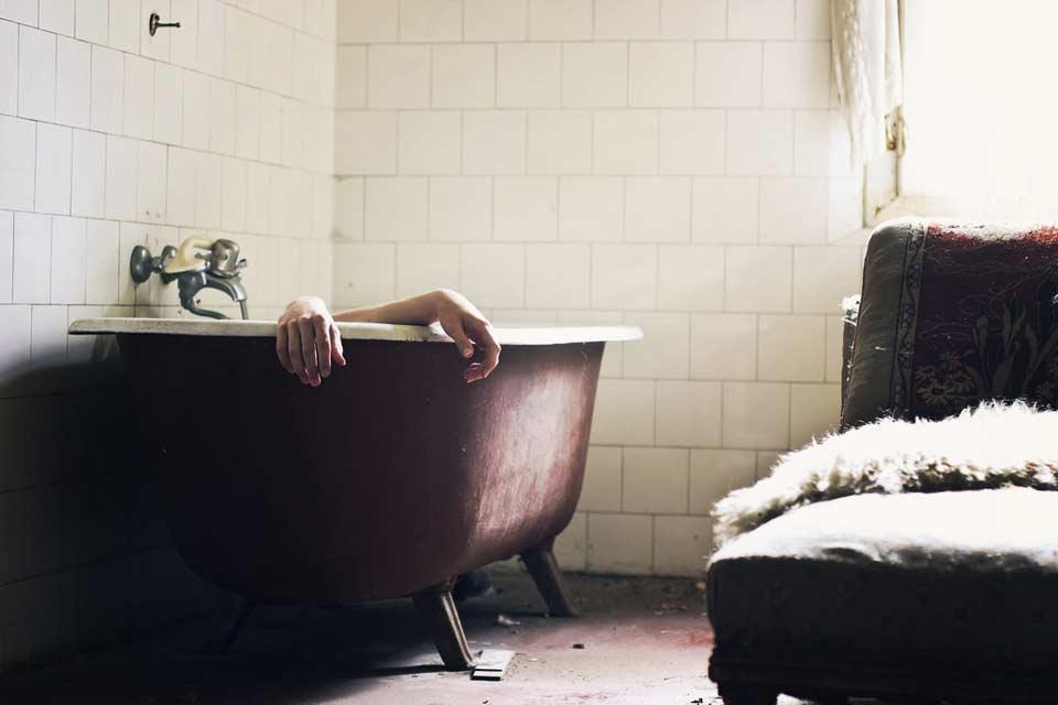 Ein Mensch liegt in einer Badewanne