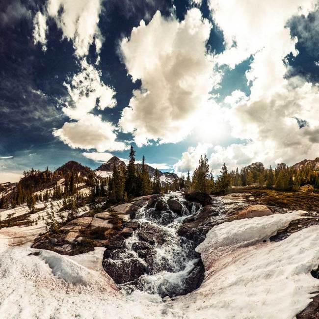 Eine Schneelandschaft mit beeindruckenden Wolken
