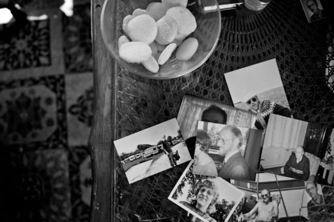 Bilder liegen auf einem Tisch.