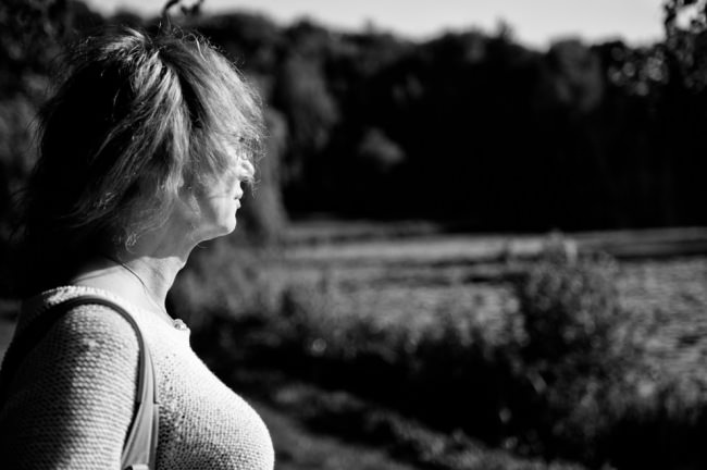 Eine Frau schaut in die Ferne.