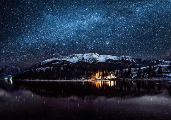 Die Milchstraße über einem Gipfel