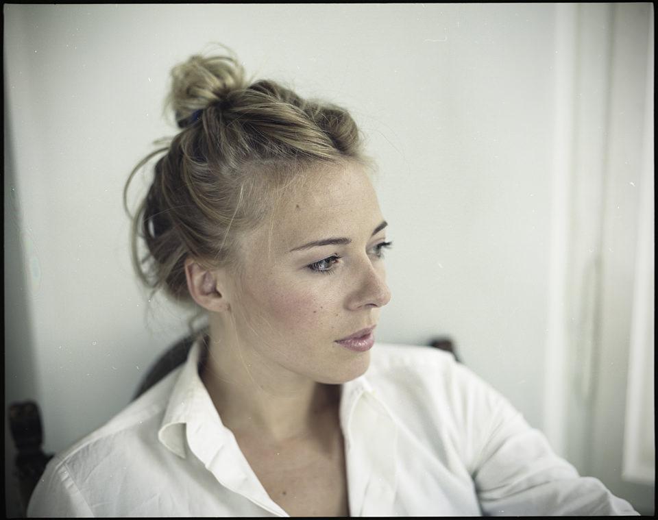 Eine Frau in Farbe und blond.