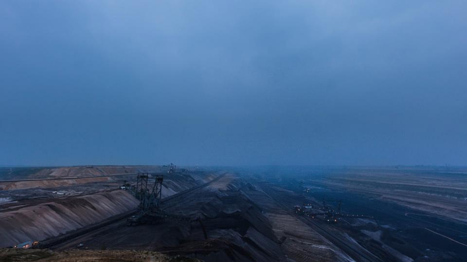Schaufelradbagger in blauer Nebelstimmung