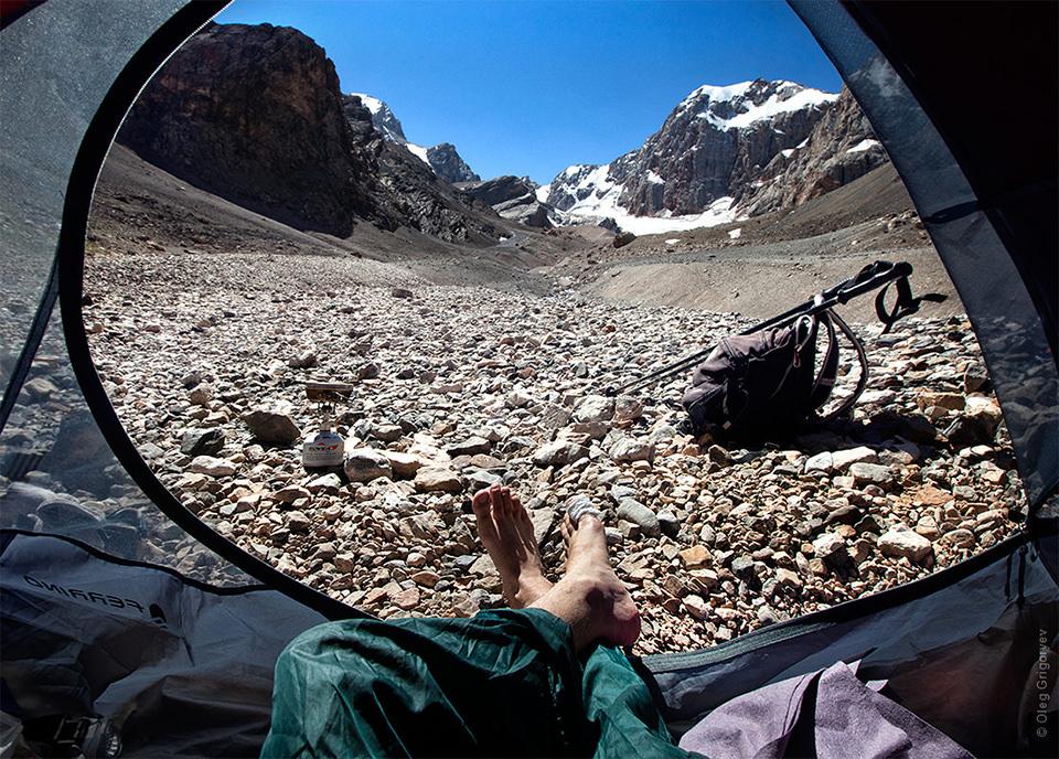 Blick aus einem Zelt heraus auf einen Berg.