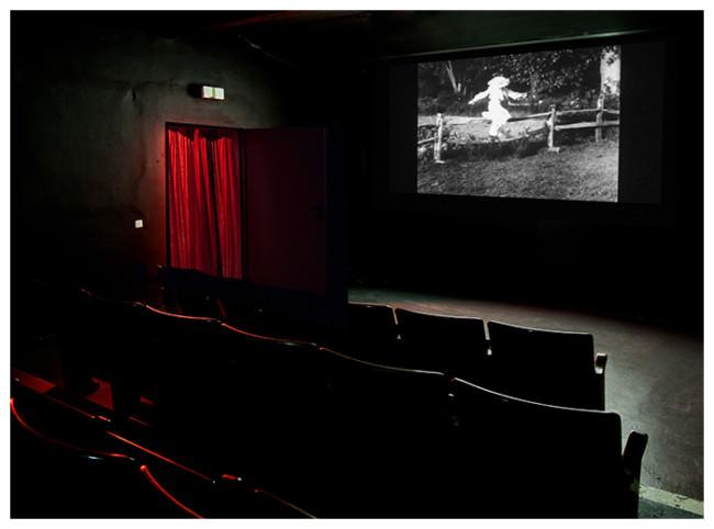 Ein Kinosaal und ein Bild auf der Leinwand.