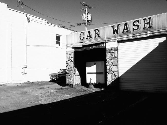 Eine alte Autowaschanlage im harten Sonnenlicht.