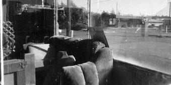 Blick durch ein Fenster in einen verlassenen Raum.