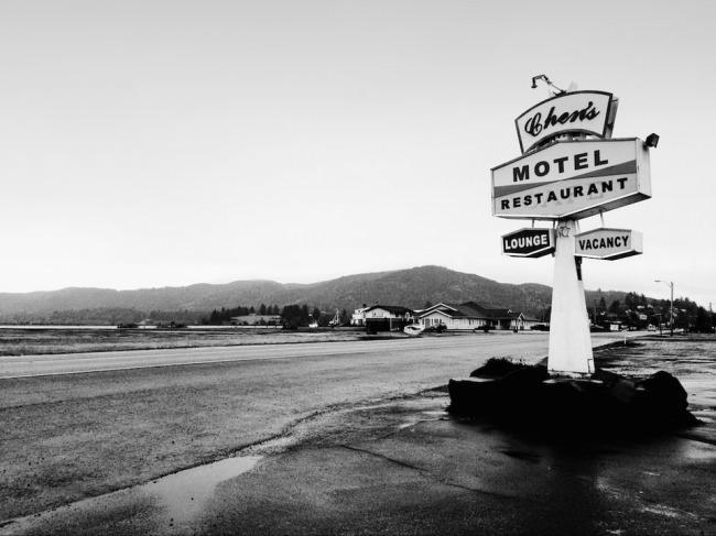 Ein altes Motel-Schild am Wegesrand.