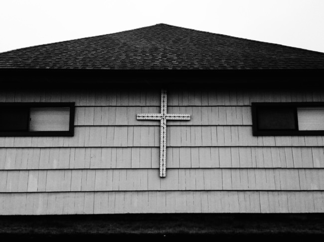 Ein Kreuz an einer Hauswand.