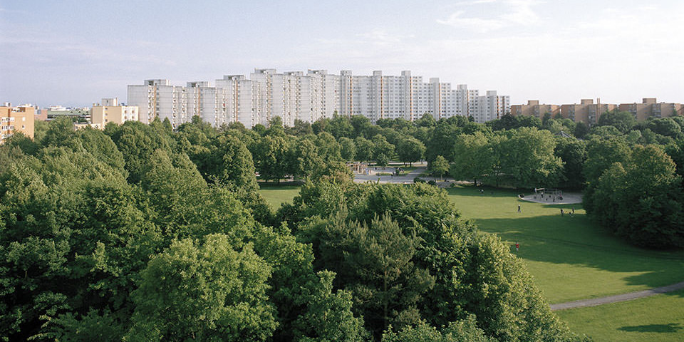 Blick auf eine Hochahaussiedlung am Stadtrand