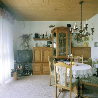 Ein Wandschrank in einem Wohnzimmer