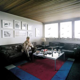 Ein älterer Herr auf dem Sofa in seinem Wohnzimmer