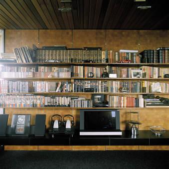 Ein Medien- und Bücherregal in einem Wohnzimmer